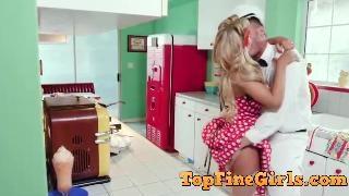 Великолепная белокурая домохозяйка трахается с молочником