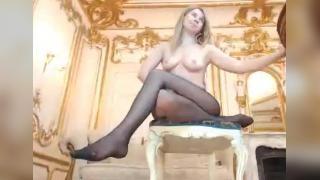 Аппетитная блондинка мастурбирует