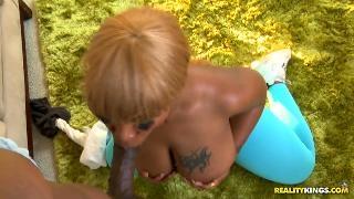 Госпожа с черной задницей получает секс