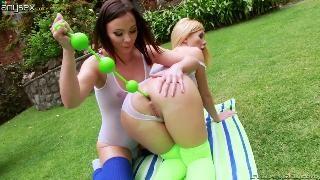 Блонда и брюнетка засовывают шары
