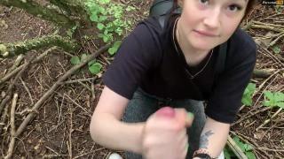 Присела пососать в кустах на прогулке
