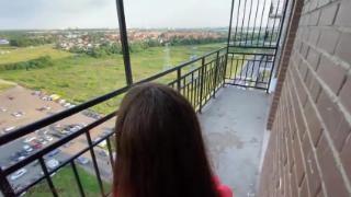 Брюнетка дала на балконе в платье